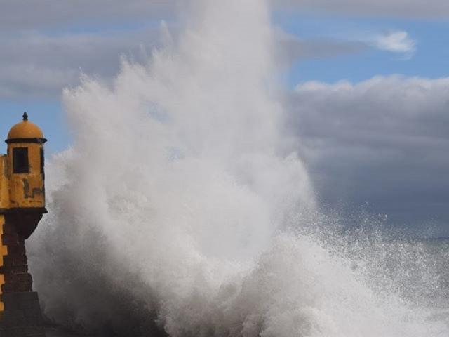 Waves hit Forte de São Tiago