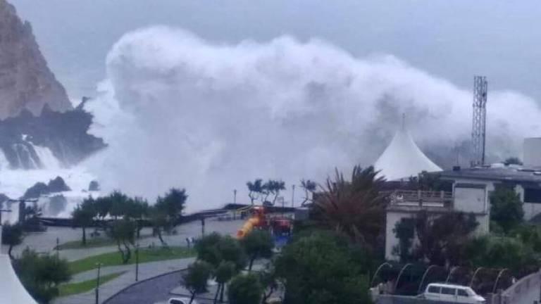 Huricane Leslie hits north coast